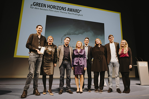 Eine Gruppe von Frauen und Männern auf einer Bühne bei einer Preisverleihung