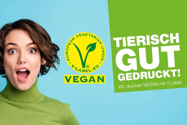 Junge Frau mit freudig-überraschtem Gesichtsausdruck blickt auf ein V-Label für vegane Produkte